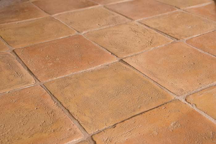 Pavimento chiaro stonalizzato carteggiato in cotto enricopalmucci