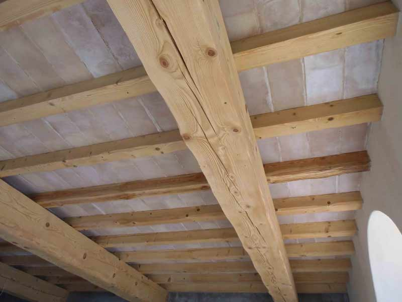 Foto di sottotetto realizzato in legno e tavelle rosate