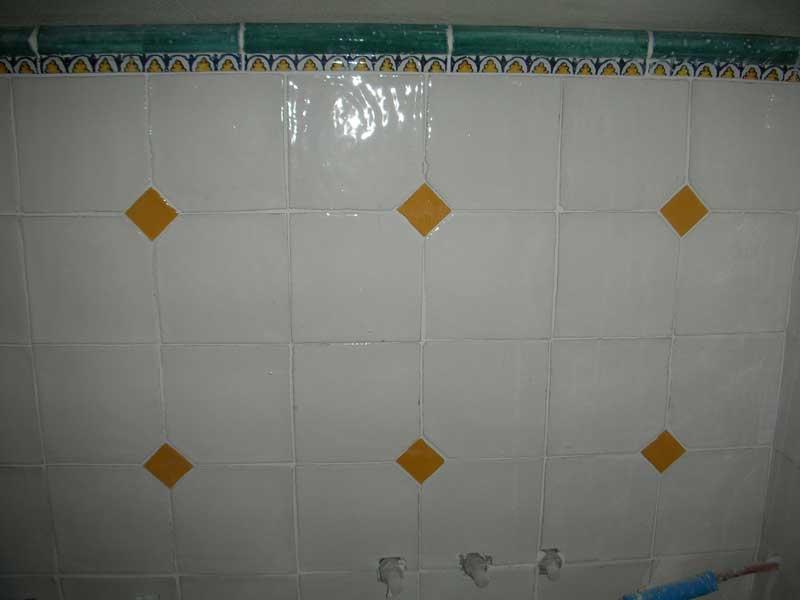 Foto di bagno con piastrelle in cotto smaltato