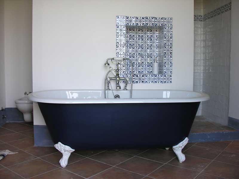 Foto di bagno smaltato con nicchia decorata