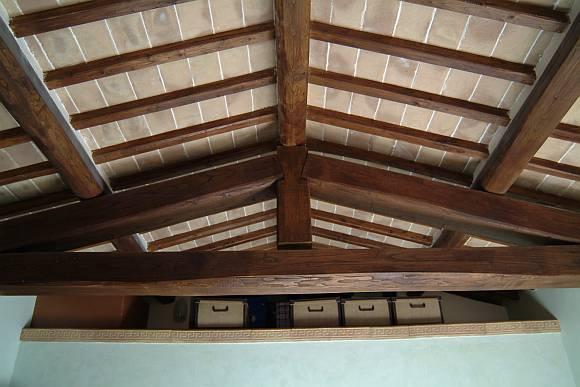 Foto di sottotetto in tavelle in cotto fatto a mano e travi in legno