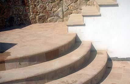Fotografia di gradini in cotto su una scala esterna