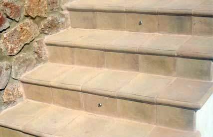 Fotografia di gradini in cotto fatto a mano per scala esterna