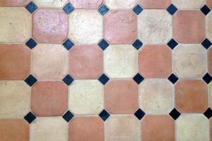 Antico restauro ottagono chiaro rosato con tozzetto nero