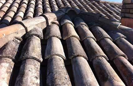 Fotografia di un tetto con coppi in cotto fatto a mano