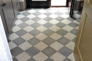 Antico restauro grigio-bianco a scacchi