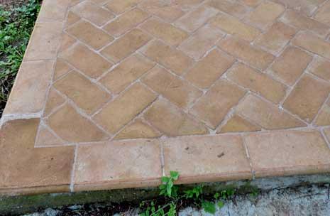 Foto di pavimentazione rifinita con bordo marciapiede in cotto fatto a mano