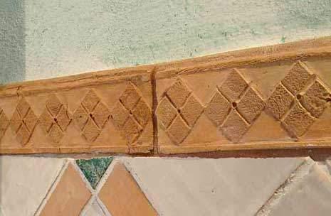 Foto di rifinitura con greca incisa a mano in cotto