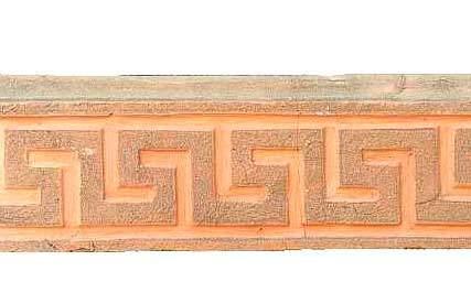 Immagine di un tipo di greca incisa a mano in cotto