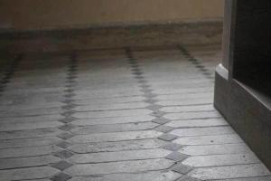 Losanga grigia antico restauro con tozzetto nero