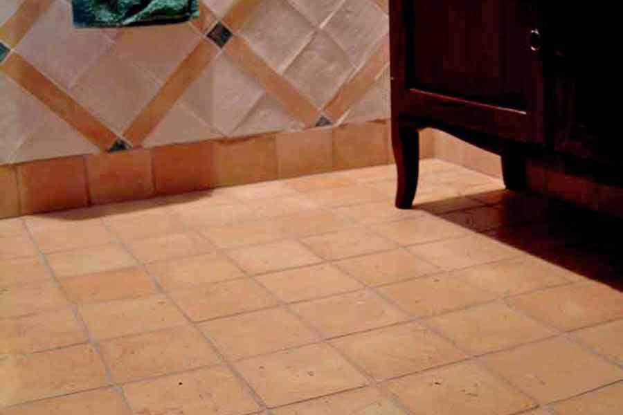 Pavimento levigato chiaro stonalizzato e rivestimento