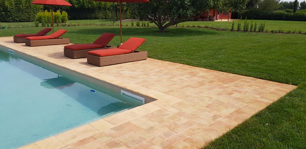 Terracotta edge and external side of pool with different light shadings