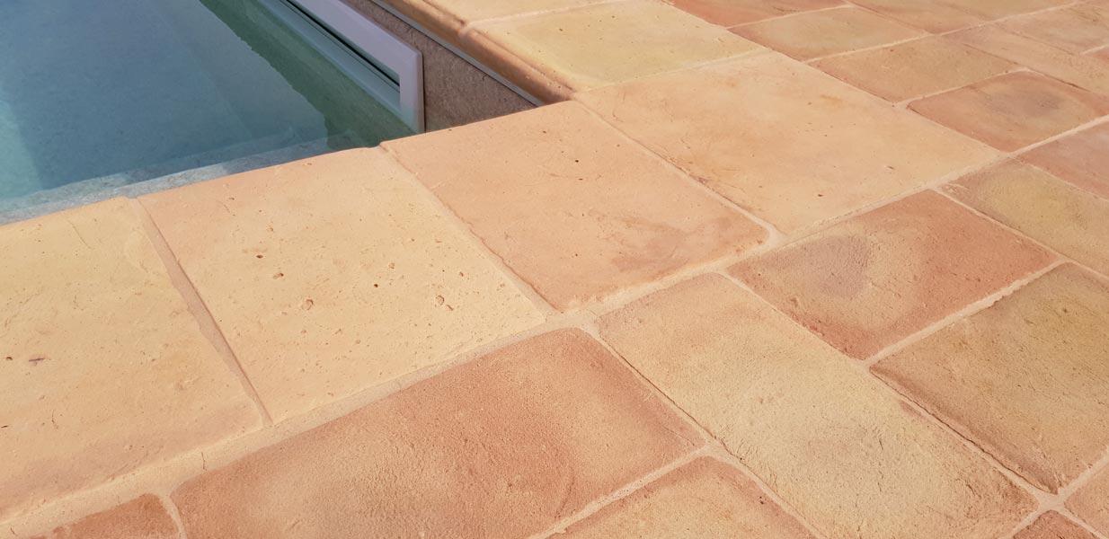 Particolare di bordo piscina con gradino in cotto 25x34x4 chiaro stonalizzato antico restauro