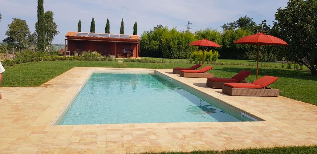 Bordo piscina chiaro stonalizzato in terracotta